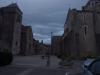 es ist bereits ziuemlich dunkel, der Bereich um die Kirche ist mittelalterlich erhalten