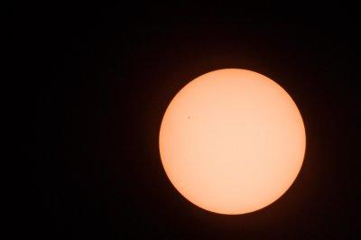 Testaufnahme vor Beginn der Sonnenfinsternis: Man beachte den Sonnenfleck links oben