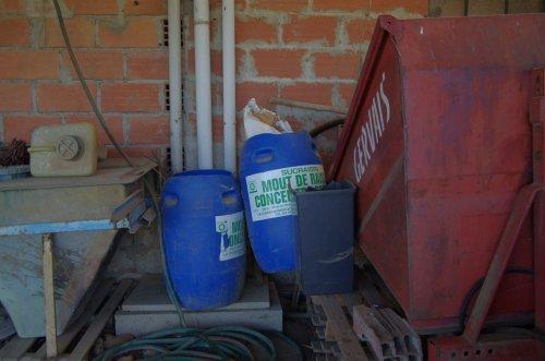 etwas Müll muss immer herum liegen:  die Behälter von der Aufzuckerung