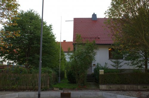 der Mast an der Vorderseite des Hauses