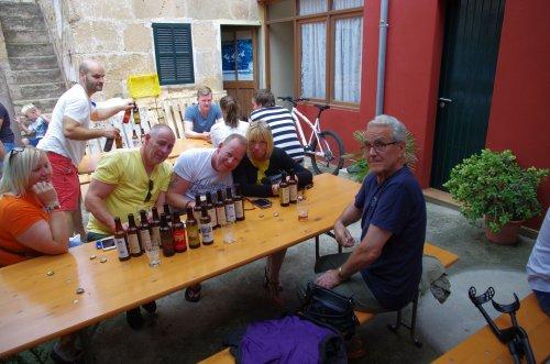 der Innenhof, mit unseren englischen Freunden am Tisch