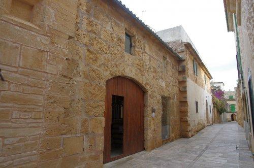Hinter diesem unscheinbaren Eingang verbirgt sich die Craft-Beer- Brauerei in Alcudia
