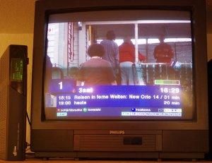 Eine alte d-box mit dem alternativen Neutrino (Linuxvariante) ist wohl derzeit der preiswerteste digitale Kabeltuner für alte Fernseher