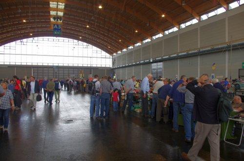 Flohmarkthallen: lange Tischreihen mit Waren von Schrott bis HF-High-Tech