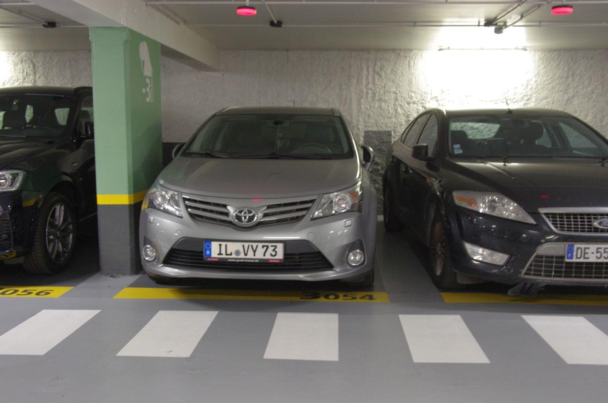 Parkhaus mit wirklich engen Parkbuchten, ewig rangiert und Faherer über 70kg können trotzdem nicht mehr aussteigen ;-)