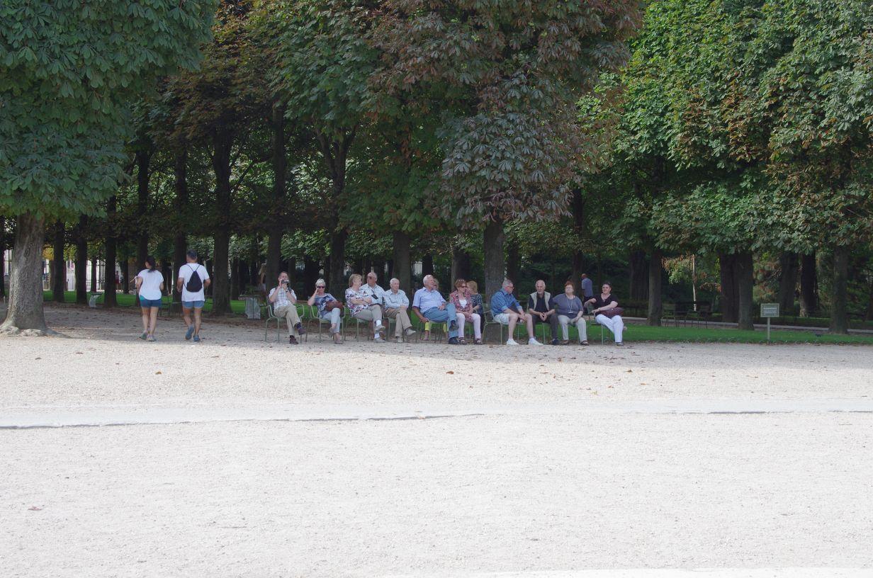 im Park de Luxembourg hängen eine ganze Menge Leute ab ...