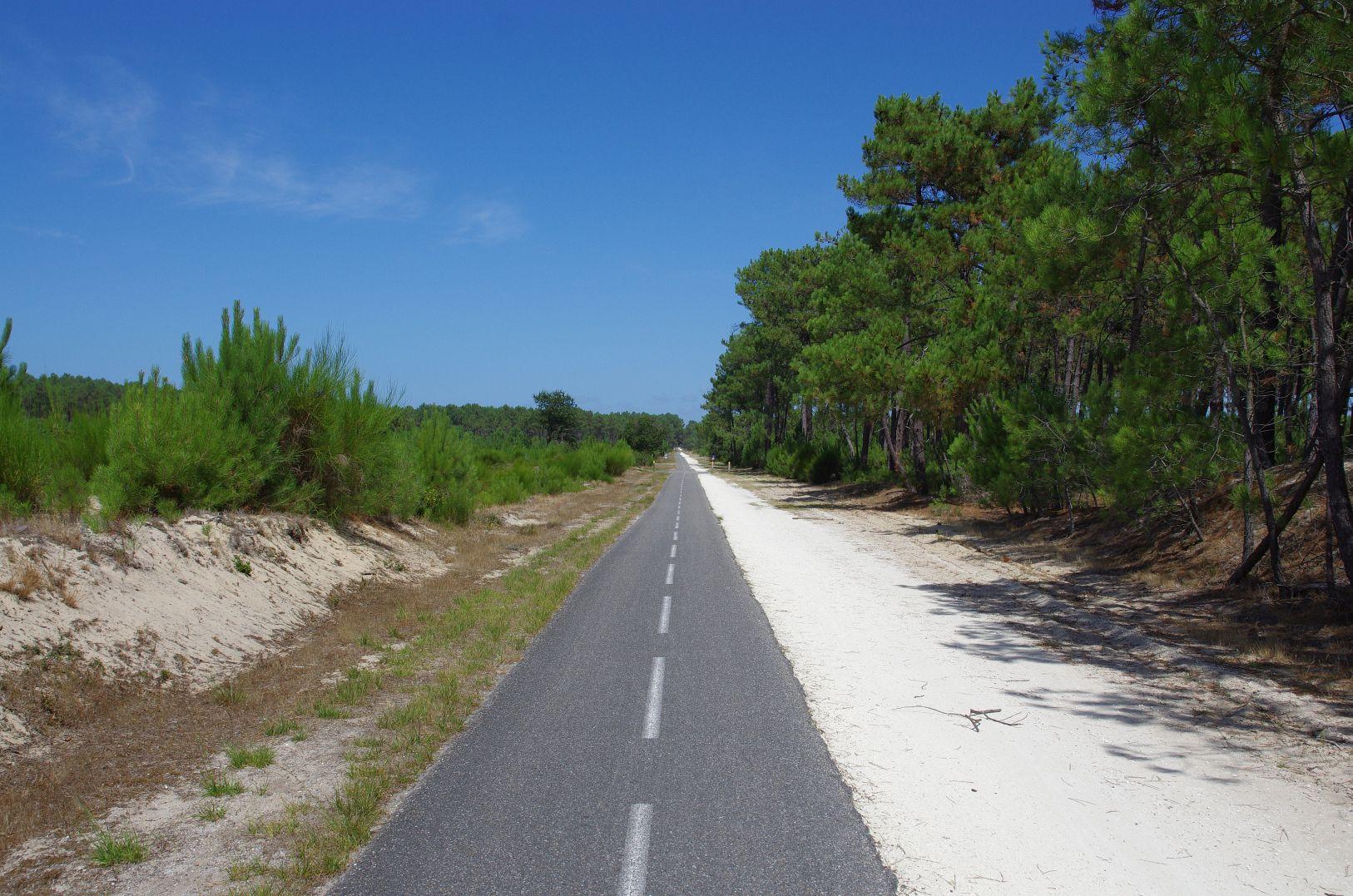 endloser gerader Radweg