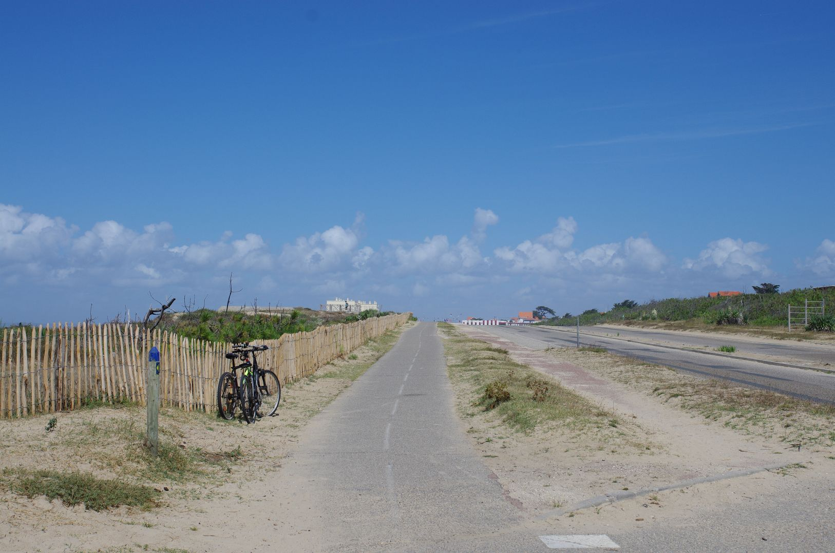 auch das ist der Radweg: am Strand entlang