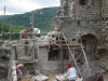 Schneewitchen und die sieben Zwerge bauen an der Ruine herum