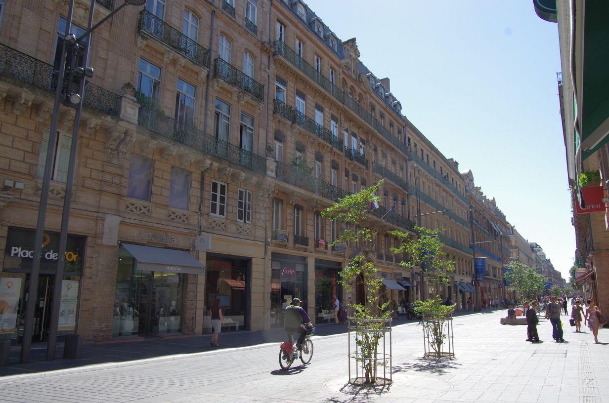 die durchgehenden und teils umlaufenden Balkons sind typisch