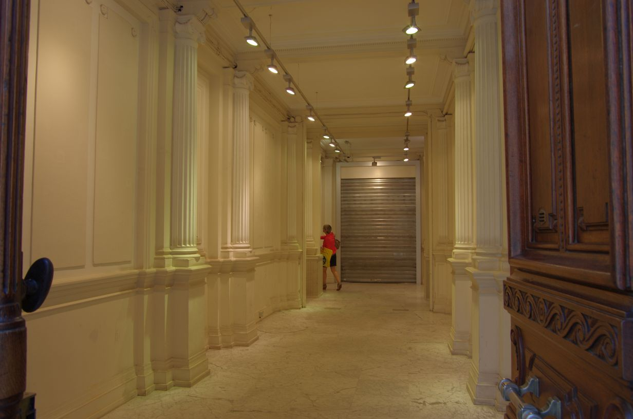 einen Blick hinter eine Eingangstür erhascht: durchaus ansprechende Architektur im Inneren