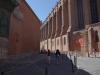 rechts Kirche, links ein Gymnasium hinter alten Mauern