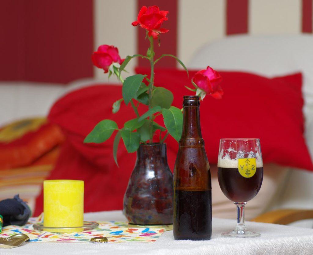 Kleine Flasche ohne Etikett: Westvleteren Bier. Man trinkt Trappistenbier in niedrigen Tulpen, da musste mein Nostalgieglas vom ehemaligen Radiosportverband der DDR ran :-)